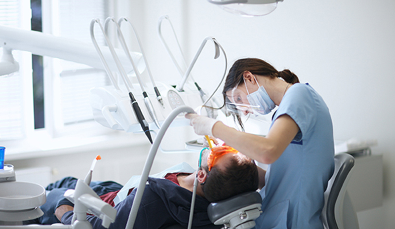 客戶成功案例1-牙醫診所OO牙醫透過戰國策專業操作與分析執行,整合出OO牙醫的社群行銷策略:共鳴感 + 專業感 = 社群行銷成功關鍵!透過社群行銷與消費者行為軌跡結合,在對的地方針對不同消費者餵養其感興趣及有用資訊,以達到分眾行銷《OO牙醫》的效果。打造同溫層,創造共鳴感,降低消費者對於業配的疑慮,並透過品牌印象的塑造,建立《OO牙醫》=專業的品牌社群形象。